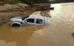 Mobil Dinas Dukcapil Gunung Mas Tercebur ke Sungai Kahayan, Tiga Penumpang Nyaris Tewas