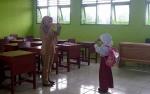 Guru SDN 2 Natai Sedwak Tetap Semangat Mengajar Meski Cuma Memiliki 2 Murid