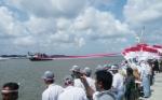 Mantap, Bendera Merah Putih Sepanjang 702 Meter Membentang di Sungai Kumai