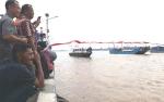 Antusiasme Masyarakat Melihat Pembentangan Bendera di DAS Kapuas