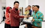 Bupati Barito Utara Serahkan Hadiah Juara Lomba Desa