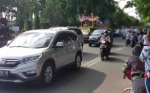 Seakan Tanpa Pengamanan, Peserta Pawai Budaya Adu Cepat dengan Kendaraan Umum