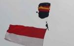 Penerjun Payung TNI-Polri Meriahkan HUT ke-73 TNJ
