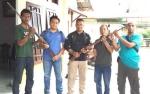 Mantir Adat Desa Parempey Serahkan Senjata Api Rakitan ke TNI