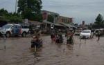 Genangan Air Hujan Hambat Perjalanan