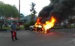Mobil Terbakar di Depan SPBU RTA Milono Palangka Raya