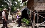 Anggota Polsek Timpah Santuni Lansia Tinggal di Tengah Hutan