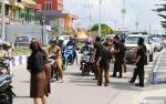 Kejaksaaan Negeri Barito Utara Bagikan Baju, Stiker dan Pin Anti Korupsi