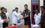 Kejari Serahkan Uang Sitaan Kasus Korupsi KPU ke Pemkab Sukamara