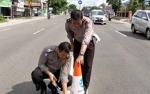 Polisi Pasang Rambu di Ujung Pembatas Jalan di Palangka Raya