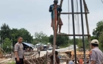 Kapolsek Imbau Pekerja Jembatan Darurat Danau Pantau Utamakan Keselamatan