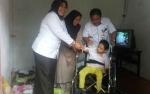 Bupati Kobar Serahkan Kursi Roda kepada Penyandang Disabilitas