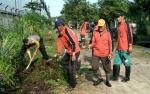 Anggota Polsek Ketapang Kerja Bakti di Desa Pelangsian