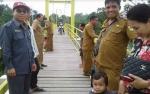 Wakil Ketua Komisi III DPRD Gunung Mas Monitoring Hasil Pembangunan Jembatan Sei Manyangan