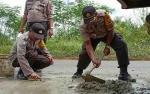 Personel Polsek Kahayan Hilir Perbaiki Jalan Rusak
