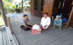 Anggota Polsek Kapuas Hulu Sambangi Warga Sei Hanyu Tinggal Sebatang Kara