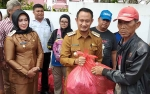 Wali Kota Serahkan Bantuan ke Korban Kebakaran di Tugu Soekarno