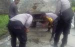 Polsek Kahayan Hilir Tambal Jalan Berlubang di Desa Gohong