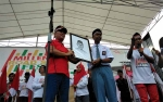 Gubernur Terharu Siswa SMAN 1 Gunung Mas Serahkan Lukisan