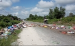Warga Tatas Kesal Lantaran Tumpukan Sampah Meluber Hingga ke Badan Jalan
