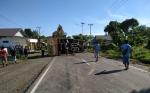 Truk Fuso Terbalik Tutup Jalan Trans Kalimantan