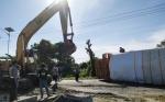 Ban Pecah Diduga Penyebab Truk Fuso Terbalik di Jalan Trans Kalimantan