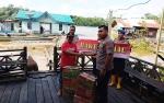 Kapolsek Lahei Bantu Warga Korban Banjir di Desa Haragandang