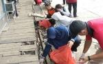 Peringati Hari Peduli Sampah, Warga Bataguh Gotong Royong Bersihkan Lingkungan