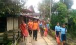 Anggota Polsek Kapuas Hulu Bersama Warga Bersihkan Lingkungan
