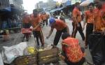 Polres Katingan Bersih-bersih di Pasar Kereng Pangi