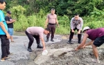 Anggota Polsek Dusun Selatan Tambal Jalan Berlubang di Jalan Buntok-Palangka Raya