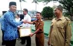 Bupati Barito Utara Beri Penghargaan 5 Desa atas Laporan Pertanggungjawaban ADD
