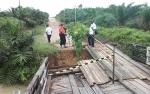 Jembatan Kayu di Desa Sumber Mulya Nyaris Runtuh