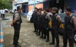 Anggota Polres Kapuas Kawal Distribusi Beras Sejahera