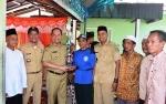 Bupati Kapuas Serahkan Piala Lomba Kebersihan Tingkat RT di Desa Pulau Mambulau
