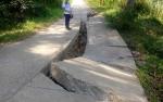 Jalan Menuju Desa Teluk Malewai Ambruk