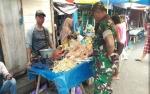 Babinsa Mandomai Lakukan Komunikasi Sosial ke Pasar Rakyat