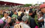 Masyarakat Berjubel Sambut Kedatangan Jokowi