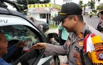 Polisi Bagikan Stiker Nyoblos Itu Keren