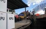 Distribusi Logistik Pemilu Lewat Sungai, Kotak Suara Ditutupi Agar Tidak Kena Air
