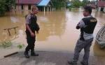 Personel Polsek Kurun Pantau Titik Banjir