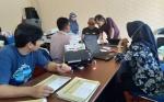 Pegawai Dinas Pendidikan Kapuas Scanning Lembar Jawaban Ujian Nasional SD/MI