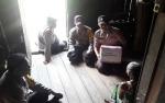 Anggota Polsek Kahayan Kuala Berikan Sembako Kepada Warga Miskin