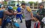 TNI-Polri Perkuat Sinergitas dengan Bagikan Takjil Kepada Masyarakat Kapuas
