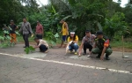 Polsek Cempaga Hulu Perbaiki Jalan Berlubang di Jalur Mudik