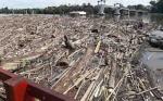 Banjir di Tumbang Samba Sisakan Tumpukan Sampah Kayu