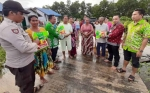 Camat dan Kades Serahkan Bantuan untuk Korban Banjir di Ujung Pandaran