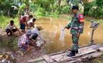Babinsa Koramil 1011-02 Sosialisakan Pencegahan Bencana Banjir di Desa Binaan