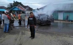 Mobil Terbakar Setelah Tabrak Warung