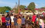 Polsek Kapuas Hulu Jalin Kebersamaan dengan Masyarakat Melalui Lomba Panjat Pinang